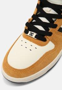 DC Shoes - PENSFORD - Sneakersy wysokie - wheat/black - 4