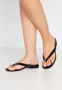 Who What Wear - CALI - Sandalias de dedo - black - 0