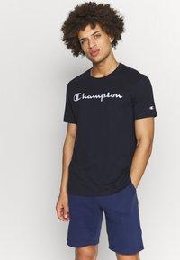 Champion - CREWNECK  - T-shirt con stampa - navy - 0