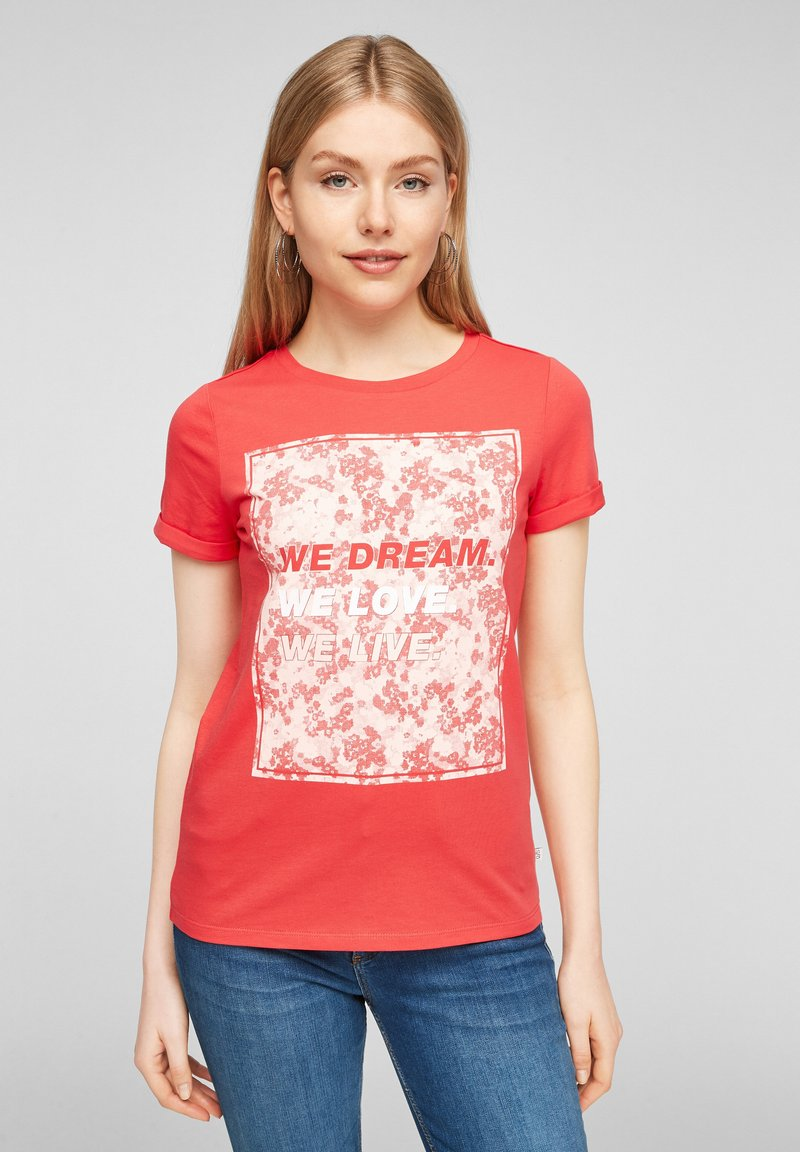 QS by s.Oliver - MIT FRONTPRINT - Print T-shirt - red