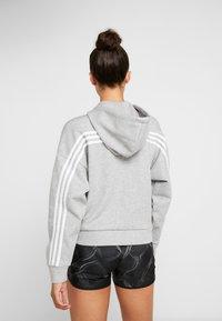 adidas Performance - 3STRIPES ATHLETICS HODDIE PULLOVER - Huvtröja med dragkedja - medium grey heather/white - 2