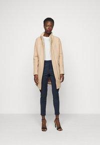 Vero Moda Tall - VMVICTORIA ANTIFIT ANKLE PANTS - Pantalon classique - navy blazer - 1