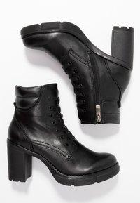 Marco Tozzi - Kotníková obuv na vysokém podpatku - black antic - 3