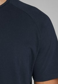 Jack & Jones - JJECURVED TEE O NECK - T-shirts basic - navy blazer - 4