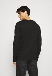 Tommy Hilfiger - LOGO LONG SLEEVE TEE - T-shirt à manches longues - black - 2