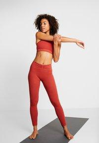 Yogasearcher - MATRIKA  - Sportovní podprsenky s lehkou oporou - sienne - 1