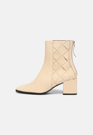 Classic ankle boots - volga crema
