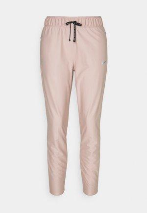 RUN DIVISION SHIELD PANT - Pantalon de survêtement - stone mauve/black