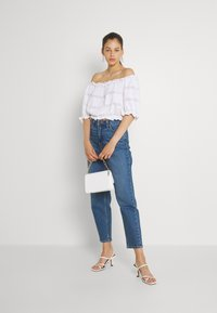 Pieces - PCTAYLEE CROPPED - Print T-shirt - bright white - 1