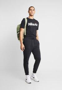Nike Sportswear - AIR TEE - T-shirt con stampa - black/university red - 1