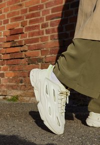 adidas Originals - OZWEEGO HELMET OPEN - Sneakers - talc/sand/signal green - 2