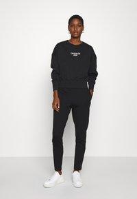 Calvin Klein Jeans - LOGO ELASTIC MILANO TROUSER - Trousers - ck black - 1