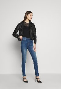 Guess - 1981 - Jeans Skinny Fit - eco feather mid - 1