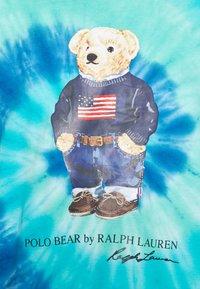 Polo Ralph Lauren - TIE DYE BEAR SHORT SLEEVE - T-shirt con stampa - blue jerry - 5