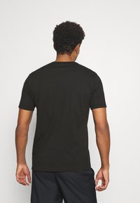 Puma - MODERN BASICS TEE - T-shirt med print - black - 2