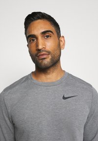 Nike Performance - DRY CREW - Sweater - charcoal heathr/black - 4