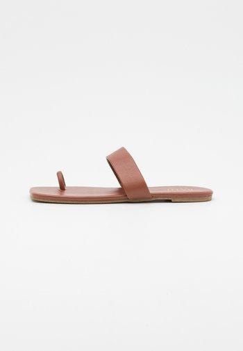 HYLTON - Sandalias de dedo - brown