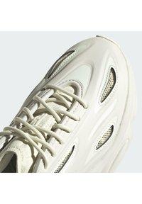 adidas Originals - OZWEEGO HELMET OPEN - Sneakers - talc/sand/signal green - 9