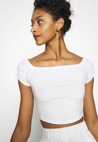 NA-KD - PAMELA REIF OFF SHOULDER  - Basic T-shirt - white - 4