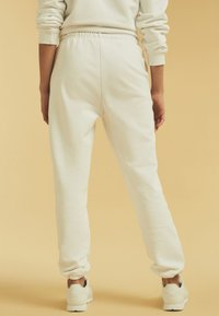 Guess - Tracksuit bottoms - weiß - 2