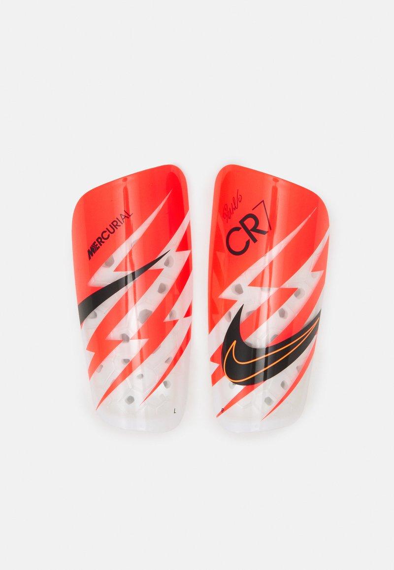 Nike Performance - CR7 MERC LT GRD UNISEX - Leggbeskyttere - bright crimson/total orange/black