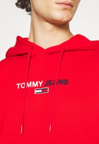 Tommy Jeans - LINEAR LOGO HOODIE UNISEX - Sweat à capuche - red - 5