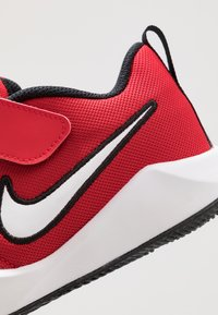 Nike Performance - TEAM HUSTLE QUICK  - Basketballsko - university red/white/black - 2
