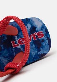 Levi's® - SOUTH BEACH CAMO UNISEX - Sandalias de dedo - navy/red - 5