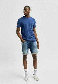 Selected Homme - BIO-BAUMWOLL - Jeansshorts - dark blue denim - 1