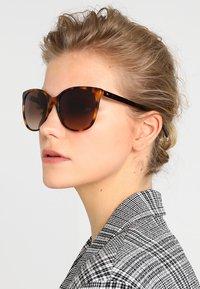 Tommy Hilfiger - Sluneční brýle - mottled brown - 1