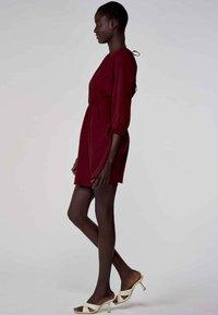 Astrid Black Label - Korte jurk - bordeaux - 2