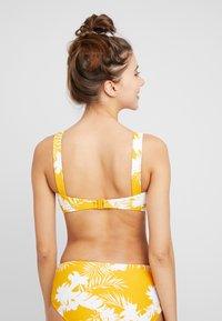Seafolly - WILD BANDEAU  - Góra od bikini - saffron - 2