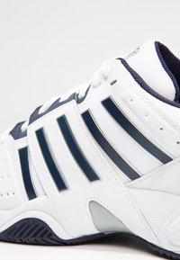 K-SWISS - ACCOMPLISH III - Multicourt tennis shoes - white/navy - 5