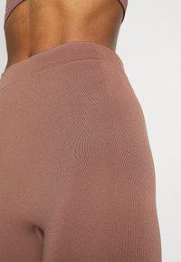 Weekday - CELESTIA SEAMLESS TIGHTS - Leggings - Trousers - brown plum - 5