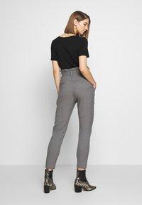 Vero Moda - VMEVA LOOSE PAPERBAG  - Pantalon classique - mottled grey - 2