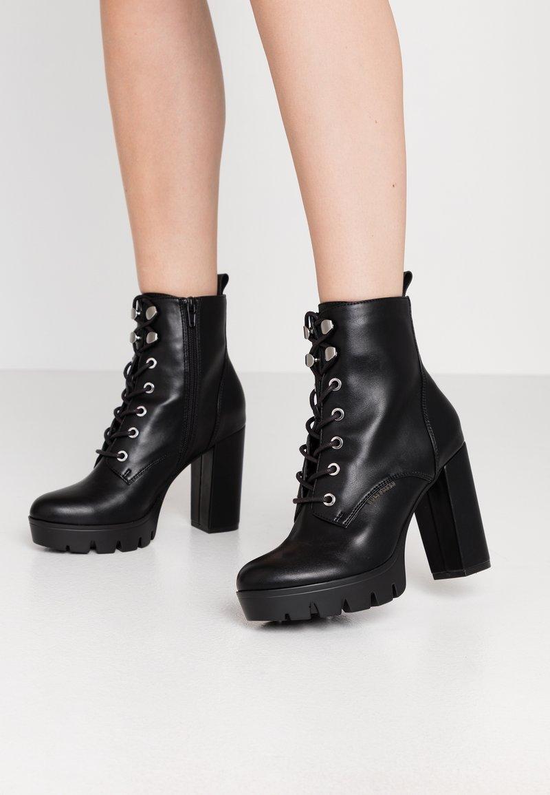 Bullboxer - Kotníková obuv na vysokém podpatku - black
