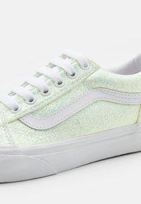 Vans - OLD SKOOL - Trainers - pink/true white - 5