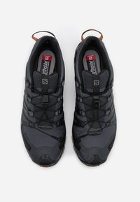 Salomon - XA PRO 3D V8 GTX - Běžecké boty do terénu - ebony/caramel cafe/black - 3