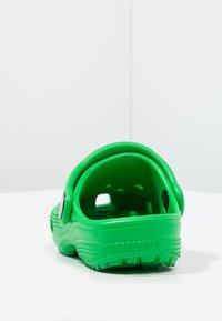 Crocs - CLASSIC  - Chanclas de baño - grass green - 3