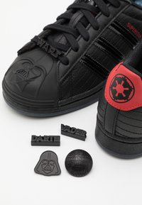 adidas Originals - SUPERSTAR DISNEY STAR WARS SHOES UNISEX - Trainers - core black/scarlet - 5