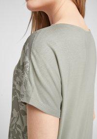 s.Oliver - T-shirt imprimé - khaki aop - 4