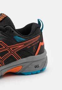 ASICS - GEL-VENTURE 8 UNISEX - Trail running shoes - black/marigold orange - 5