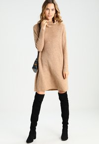ONLY - ONLJANA COWLNECK DRESS  - Abito in maglia - indian tan - 1