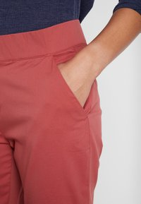 Columbia - FIRWOOD CAMP PANT - Pantalon classique - dusty crimson - 4