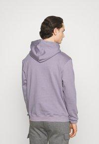 Mennace - ESSENTIAL SIGNATURE HOODIE UNISEX - Hoodie - murky violet - 2