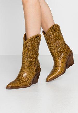 NEW KOLE  - Boots med høye hæler - mustard