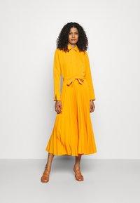 Closet - CLOSET PLEATED SHIRT DRESS - Maxi dress - rust - 0