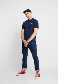 Tommy Jeans - BADGE - Polo shirt - black iris - 1