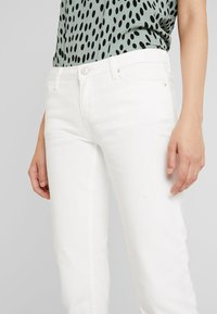 Pieces - PCJEANNY - Straight leg jeans - bright white - 4