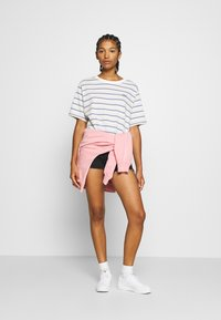 Levi's® - BOXY TEE - T-shirt con stampa - off-white/purple - 1